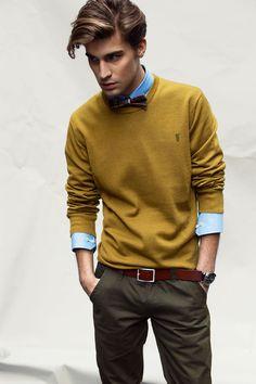 Suéter masculino mostarda com um estilo mais de escritório. Básico e eficiente.