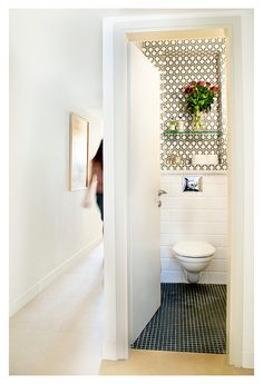 and once more the hexagon wallpepr in a guest toilet. Guest Toilet, Small Toilet, Downstairs Toilet, Toilet Design, Bath Design, Guest Bathrooms, Country Bathrooms, Bathroom Ideas, Powder Room