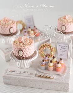 Display by Nunu's House for miniature dollhouse bakery. Miniature Crafts, Miniature Food, Miniature Dolls, Polymer Clay Miniatures, Polymer Clay Charms, Dollhouse Miniatures, Tiny Food, Fake Food, Crea Fimo