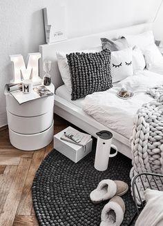 SLEEPY EYES ☽ Dieses Super Goldige Design Passt Zu Jedem Interior. Das  Sleepy Eyes Motiv Schmückt Das Kissen Auf Ganz Besondere Art U0026 Weise.