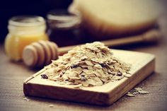 remedies for itchy skin\\ Oatmeal Mixing oatmeal in water and spreading it on irritated skin can also be cooling and soothing. Add 2 cups of colloidal oatmeal to a lukewarm bath and soak to soothe itchy skin. Avoid using very hot water, as it can irritate the skin and cause it to itch more.