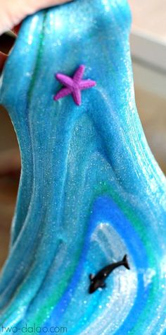 A recipe for super stretchy glitter slime that looks just like the ocean! also good as alien slime for the boys cool craft make kids will want to do and play with Fun Crafts, Crafts For Kids, Arts And Crafts, Ocean Crafts For Teens, Projects For Kids, Craft Projects, Balle Anti Stress, Galaxy Slime, Glitter Slime