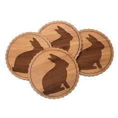 Untersetzer Rundwelle Hase aus Bambus  Coffee - Das Original von Mr. & Mrs. Panda.  Diese runden Untersetzer mit einer wunderschönen Wellenform sind ein besonderes Highlight auf jedem Esstisch. Jeder Gläser Untersetzer wurde mit viel Liebe handgefertigt und alle unsere Motive sind mit besonders viel Hingabe von unserer Designerin gestaltet worden. Im Set sind jeweils 4 Untersetzer enthalten.    Über unser Motiv Hase  Hasen sind bei Kindern sehr beliebte Haustiere und auch auf Wiesen kann man…