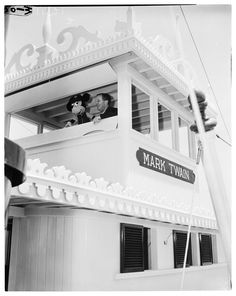 "Kids waiting to enter Ronald Reagan Art Linkletter, and ""Davy Crockett"" stars Fess Parker and Buddy Ebsen Walt Disney pract. Old Disney, Disney Love, Disney Magic, Downtown Disney, Disney Parks, Walt Disney World, Disneyland History, Vintage Disneyland, Disneyland Opening Day"