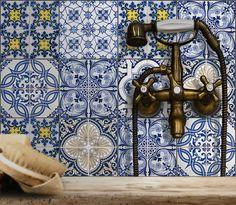 Was tun, wenn Fliesen in Küche und Bad langweilig weiß sind, aber noch gut erhalten? Einfach überkleben, entweder mit eigenen Motiven oder mit fertigen Mustern. http://landhaus-look.de/neuer-landhaus-look-fuer-fliesen-moebel-tueren-fenster