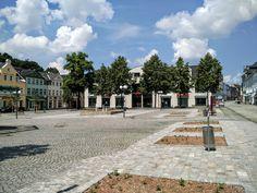 Der Neumarkt in #Auerbach im #Vogtland, #Sachsen mit seinem Springbrunnen und Geschäften in der Innenstadt. Sidewalk, Mansions, House Styles, Water Fountains, River, Manor Houses, Side Walkway, Villas, Walkway