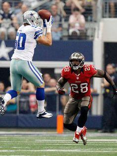 Dallas Cowboys inside linebacker Sean Lee makes an interception against the Tampa Bay Buccaneers