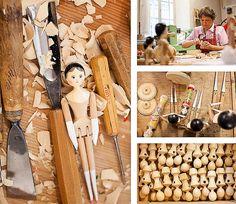 Zwei traditionelle Grödner Puppen aus Zirbenholz, nach alter Spielzeugtradition im Grödnertal handgefertigt – jetzt bei Servus am Marktplatz kaufen.