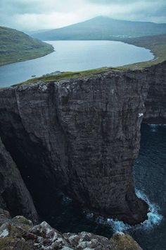 Lago sobre acantilado en Islas Feroe
