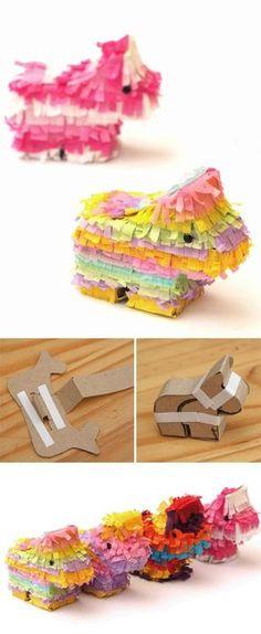 Piñatas a mano. Cómo hacerlas en casa con materiales reciclados: Una idea fantástica para los niños en fiestas y cumpleaños son estas piñatas DIY con materiales reciclados. Son fáciles de hacer, y sólo necesitamos cartón (podemos reciclar el de una caja) y papel de seda (cespón también nos puede servir) para decorar el exterior. Rellenas de dulces harán las delicias de los más pequeños.