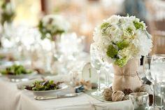 weiße Hortensien in Leinen gebundene Vase Bindfaden