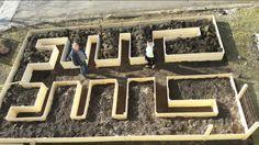 Från fb-gruppen Trädgårdsskafferiet. Kanterna 50 cm höga. Plank 100*22 5 st liggande på höjden. Det kommer ett staket av plank och armeringsnät runt om och en grind. Från botten: Grenar och rötter Upponervänd grässvål Papp/papper 5cm jord Täckmaterial