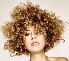 Immagine di http://www.beautydea.it/wp-content/uploads/2015/06/Capelli-ricci-primavera-estate-2015-620-4.jpg.