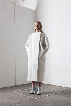 Contemporary Fashion - minimal coat with clean lines; all white fashion // Leonie Barth Sculptural Fashion, Contemporary Fashion, Minimal Fashion, White Fashion, Fashion Shoot, Editorial Fashion, Moda Chic, Mode Editorials, Mode Outfits