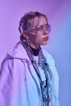 Billie Eilish is the hot, young, new artist that if you haven't listened to yet you better start now. Her music is so amazing it has made a name for itself but it's the Billie Eilish style that has made her stand out in the music scene even more. Billie Eilish, Pretty People, Beautiful People, We Heart It Images, Videos Instagram, Purple Aesthetic, Aesthetic Makeup, Aesthetic Photo, Celebs