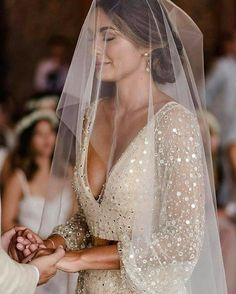 And a little mesh bridal veil is every bride's waking dream! 🤩😘