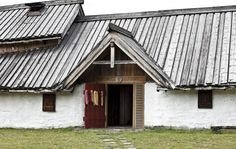 Langhuset på Veien. Plantefarget garn i døra.   The longhouse at Veien. Plant dyed wool on the door. The Doors, Archaeology, Cabin, House Styles, Home Decor, Decoration Home, Room Decor, Cabins, Cottage