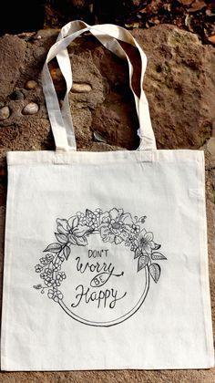"Bolsa de tela 100% algodón pintada a mano. Círculo de flores ""Don't worry be happy"""