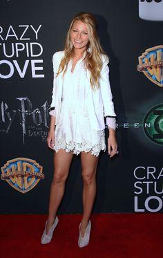 Blake Lively vestido blanco de encaje blazer blanco botas cortas color púrpura