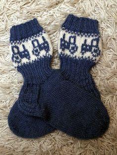 Jouluksi on ollut paljon listalla näitä tontun hommia. Kudottavaa on piisannut toiveiden mukaan. Nyt kuitenkin kaikki lähetettävät toiveet... Knitting Socks, Baby Knitting, Best Baby Socks, Baby Barn, Knit Baby Dress, Crafts To Do, Mittens, Knit Crochet, Knitting Patterns
