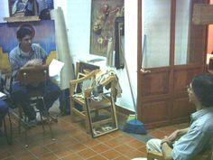 El Mtro. Luis Fernando Ceballos asesorando al grupo de artistas jóvenes en el proyecto Arte Lírico y Juventud 2005 organizado por el GRUPO EDAM MÉXICO y auspiciado por la Sociedad Mexicana de Geografía y Estadística. Taller de Arte de la SMGE en Justo Sierra No. 19, Centro Histórico de la Ciudad de México