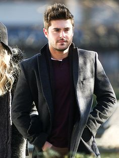 The hot star keeps the temperature up with some sexy scruff while filming his latest flick, Are We Officially Dating?, on location in New York City :) Zac Efron Pictures, Boy Outfits, Fashion Outfits, Couple Silhouette, Cute Actors, Well Dressed Men, Attractive Men, Casual, Hot Guys