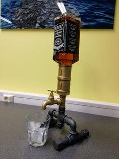 El Whisky licor dispensador de vino con botellas por Laurnika