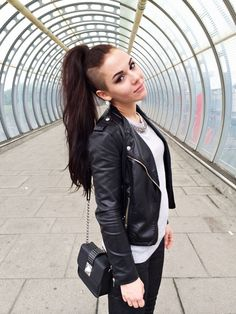 long hair mohawk / pony tail with shaved sides / cyberpunk / alternative hair styles Shaved Long Hair, Half Shaved Head, Shaved Hair Women, Long Hair With Shaved Sides, Shaved Side Haircut, Shaved Side Hairstyles, Braid Hairstyles, Hairdos, Long Mohawk