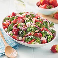 de fraises et brocoli, sauce crémeuse - 5 ingredients 15 minutes Sauce Crémeuse, Vegetarian Recipes, Healthy Recipes, Healthy Food, Appetizer Salads, Cold Meals, Skinny Recipes, Different Recipes, Diet And Nutrition