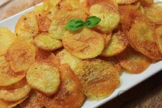 This is an easy recipe for homemade baked potato chips, a healthier option to traditional fried potato chips. Probably one of the best snacks ever. Homemade Baked Potato Chips, Healthy Baked Potatoes, Homemade Chips, Baked Chips, Healthy Chips, Healthy Snacks For Kids, Tapas, Snack Recipes, Cooking Recipes
