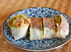 Popiah, Singapore - A Lumpia Wrapper Stuffed with Carrots, Chinese Turnips, and Bean Sprouts plus Additional Ingredients Depending on the Restaurant Malaysian Cuisine, Malaysian Food, Malaysian Recipes, Malaysian Dessert, Appetizer Dishes, Appetizer Recipes, Asian Appetizers, Popiah Recipe, Nyonya Food