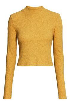 Jersey corto de cuello alto: Jersey corto de cuello alto en punto de canalé con mangas largas.