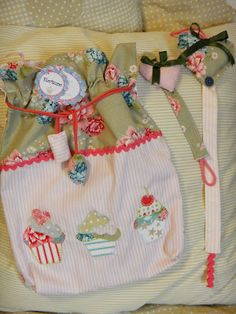 Bolsitas de tela con aplicaciones hechas a mano a juego con chupetero y organizador de trabas.