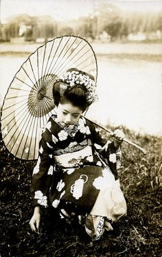 Literally translating to 'arts person', geisha are highly trained in Japanese traditional arts, including music, singing and dancing. Japanese Geisha, Japanese Beauty, Japanese Kimono, Vintage Japanese, Japanese Girl, Japanese Brides, Geisha Japan, Geisha Art, Portraits Victoriens