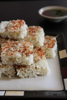 White khatta dhokla recipe - fermented and steam savory cake made from rice, urad dal along with yogurt. Dhokla Recipe, Biryani Recipe, Indian Appetizers, Indian Snacks, Indian Desserts, Indian Sweets, Gujarati Recipes, Indian Food Recipes, Gujarati Food