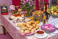 Vuodenvaihteen tarjoilut Cobb Salad, Table Settings, Menu, Food, Menu Board Design, Table Top Decorations, Place Settings, Hoods, Meals
