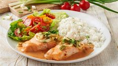 Bei diesem Rezept für Lachs in Tomatensahne taucht das köstliche Fischfilet in eine feine Soße - einfach lecker.