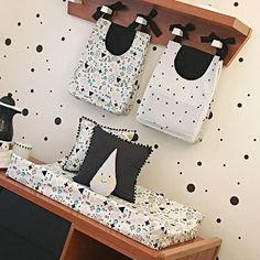 Aproveitando o domingo para registrar os detalhes desse quartinho lindo, todo em P&B. 🖤 . Na foto: porta-fraldas MINI TRI E MEMPHIS TURQUESA, trocador americano MEMPHIS TURQUESA, almofadas pompom POÁ PRETA e MEMPHIS TURQUESA e almofada GOTA AMARELA. Baby Bedroom, Toddler Bed, Baby Boy, Nursery, Babies, Kids, Furniture, Home Decor, Black Crib