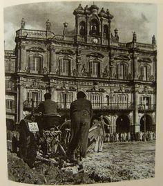 Arando la Plaza Mayor de Salamanca -Abril 1954- Colección, Enrique de Sena.