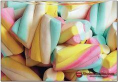 Marshmallows - Ingredientes:  1 envelope de gelatina sem sabor 1/2 xícara de chá de água (para hidratar a gelatina) 3/4 de xícara de chá de açúcar 1 xícara de chá de água Corante alimentício a gosto 4 colheres de sopa de glucose de milho Açúcar impalpável suficiente para polvilhar