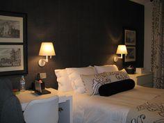 Dormitorio principal con papel de ELITIS de textura de saco en marengo. Telas de Ibarra y Serret. Lamparas de Artemide. Ausencia de cabecero...el papel es el protagonista.