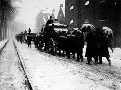 Omstreeks 1915 op weg naar de begraafplaats langs de mouterij Linker Rottekade