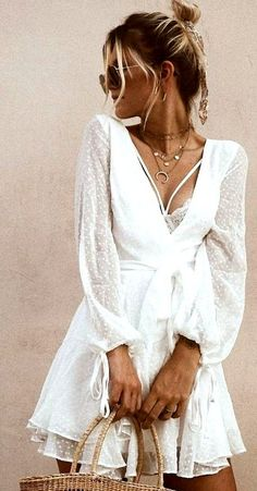 Summer means the rising of temperatures. That is why, we need an outfit that makes us stay gorgeous without worrying the hot sunny day. Stay gorgeous with these summer outfit ideas below. Spring Outfit Women, Trendy Summer Outfits, Summer Dresses For Women, Casual Summer, Summer Clothes, Comfy Clothes, Fall Clothes, Style Clothes, Spring Outfits