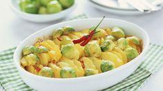 Winterlich cremig: Kartoffelgratin mit Rosenkohl und Chili | http://eatsmarter.de/rezepte/kartoffelgratin-mit-rosenkohl