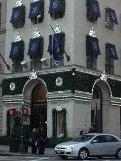 The FAMOUS Harry Winston Store at 718 Fifth Avenue #NYC all decorated for #Christmas 1/8/13
