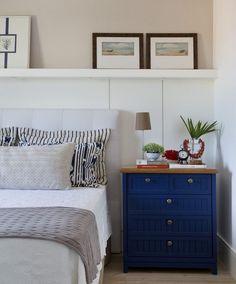 Detalhes de um quarto {} Adoro o painel de madeira a meia parede com os quadros um elemento lindo! E o que falar desse criado mudo azul????? Amei