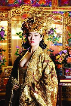 Curse of the Golden Flower - Costume designed by Yee Chung-Man -Gong Li as Empressthis is the most beautiful film star in Asia, very beautiful with various traditional ancient Chinese styles and photos Gong Li, Geisha, China Girl, In China, Asian Fashion, Fashion Edgy, Fashion 2018, Fashion Fall, Fashion Women