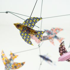 Bird Mobile (tuto : http://kellyhicksdesign.com/2012/09/diy-paper-bird-mobile-plus-a-free-printable/)