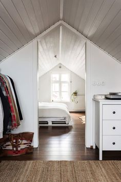 15 attic bedrooms that you want to clean upstairs as quickly as possible . - 15 attic bedrooms that you want to clean upstairs as quickly as possible – Latest decor - Attic Master Bedroom, Attic Bedroom Designs, Attic Design, Bedroom Loft, Home Design, Design Ideas, Small Attic Bathroom, Small Attic Room, Small Attic Bedrooms