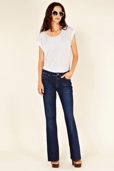 These Oasis classic scarlet botcut jeans have a mid wash to the legs and detailing to the back of the pockets.